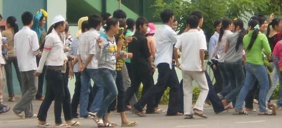 HÌNH: Công nhân đang kéo ra khỏi công ty để đình công. Hình của LĐV