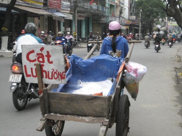 HÌNH (LĐV) Về quê ăn tết, nhưng trước Tết mấy ngày, Tân, công nhân may Tân Bình, Sài Gòn phải đi bán thêm cát lư hương để kiếm tiền giúp mẹ già