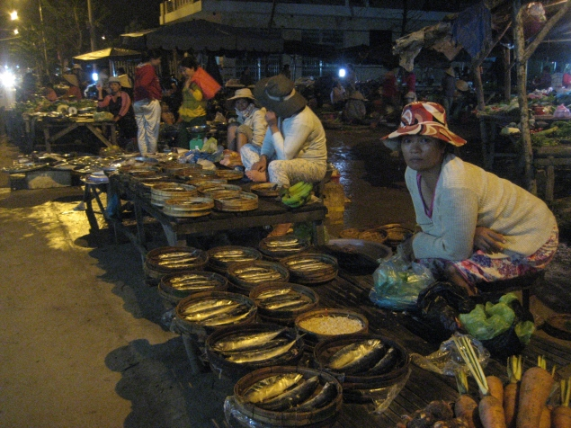 HÌNH (LĐV) 8h30 PM, vẫn còn rất nhiều cá, nếu không bán hết, chị Huyền sẽ phải mang về nhà làm mắm bán gở vốn