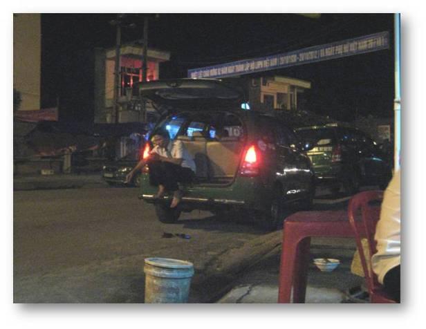 HÌNH (LĐV) Nỗi khổ của người tài xế taxi thời bão giá - Những lúc không có khách, lấy điện thoại cầm tay chơi ra game là cách giết thời gian tốt nhất